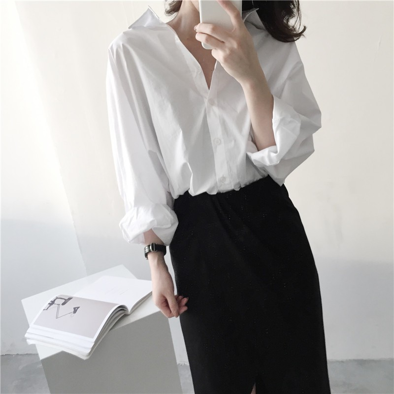 女生衣著 是 套裝小清新ulzzang長袖寬松白襯衫 高腰開叉不規則