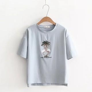 839155-LF9549夏季渡假休閒風椰子樹紅白鶴刺繡貼片寬鬆落肩短袖圓領T恤前短後長柔軟棉質短版上衣.預購2色