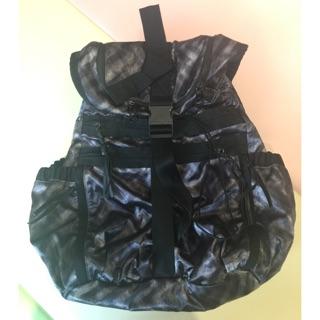 Lululemon 金屬質感後背包(大)(中性)購自美國lululemon  僅用於一次旅遊。