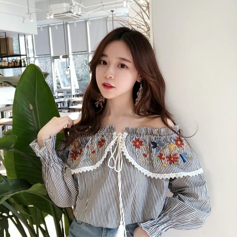 VK精品服飾 韓國風春夏新款chic復古港味繡花一字領條紋襯衫長袖上衣