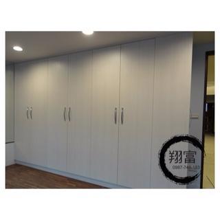 開門衣櫃 轉角櫃 系統櫥櫃訂製 (E1V313級板材、BLUM緩衝鉸鍊、緩衝背包)