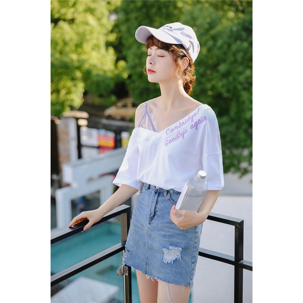 VK精品服飾 韓國風蕾絲拼接露肩不規則V領刺繡字母短袖上衣