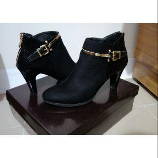 Fair Lady 女伶金屬線條飾扣高跟短靴 黑