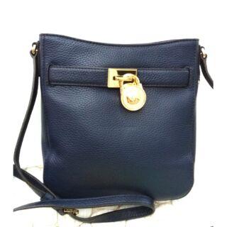 母親節特價款~MK 真皮深藍色鎖頭小斜背包