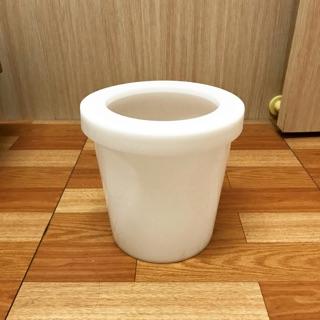 白色小型垃圾桶