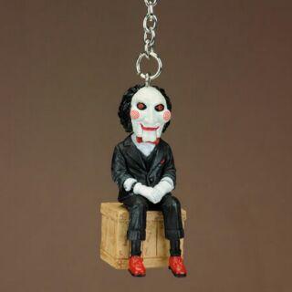 【紀念品】知名電影 絕版 2011年 奪魂鋸 鑰匙圈 公仔 ,坐於木箱上姿勢 (超細膩 公仔)